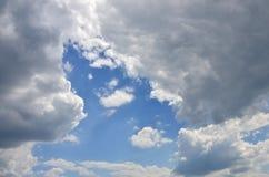 Image de ciel bleu clair et de nuages blancs le temps de jour pour l'usag de fond Photos libres de droits