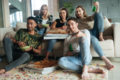 Image de cinq amis regardant la TV Photographie stock libre de droits