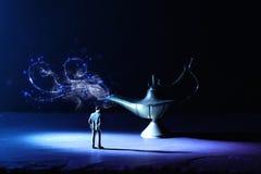 Image de concept d'un homme d'affaires regardant la lampe d'Aladdin avec de la fum?e de scintillement, demandant un souhait photos stock