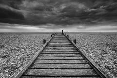 Image de concept de chemin à nulle part dans le noir et le whi désolés de plage Images libres de droits