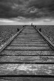 Image de concept de chemin à nulle part dans le noir et le whi désolés de plage Photo libre de droits