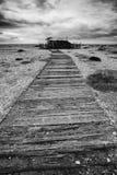 Image de concept de chemin à nulle part dans le noir et le whi désolés de plage Image libre de droits