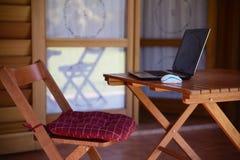 Image de concept de travail de nomade avec l'ordinateur sur la table en bois et la lumière du soleil images libres de droits