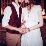 Image de concept des couples de mariage tenant des mains Photos stock