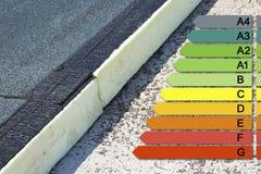 Image de concept de rendement énergétique de bâtiments avec l'insu de courant ascendant de toit photographie stock