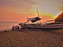 Image de coucher du soleil avec des amis image libre de droits
