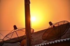 Image de coucher du soleil en vue avec l'antenne parabolique photos libres de droits