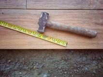 Image de cru de vue supérieure du marteau en acier et mesure sur les carrelages sous l'installation au chantier de construction photos libres de droits