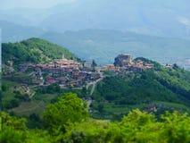 Image de décalage d'inclinaison de village de montagne en Italie photo stock