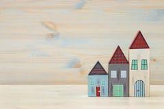 Image de décoration colorée en bois de maisons de vintage sur la table en bois Photos stock