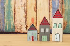 Image de décoration colorée en bois de maisons de vintage sur la table en bois Images stock