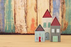 Image de décoration colorée en bois de maisons de vintage sur la table en bois Photographie stock