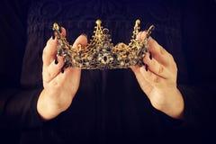 Image de dame dans le noir avec juger la couronne de reine décorée de p photo stock