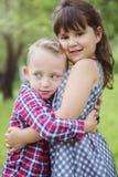 Image de deux enfants heureux ayant l'amusement dans le parc Photos stock