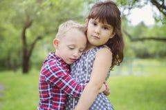 Image de deux enfants heureux ayant l'amusement dans le parc Image stock