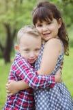 Image de deux enfants heureux ayant l'amusement dans le parc Photo libre de droits