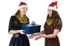 Image de deux femmes avec le cadeau Image libre de droits