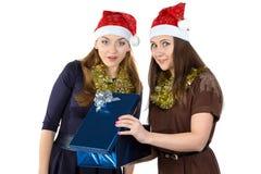 Image de deux femmes avec le cadeau Photo libre de droits