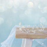 Image de diadème de perles sur la table de toilette recouvrement de scintillement photos stock