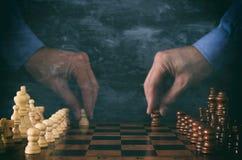 Image de double exposition de chiffre mobile d'échecs de main d'homme d'affaires au-dessus d'échiquier Affaires, concurrence, str Photographie stock libre de droits
