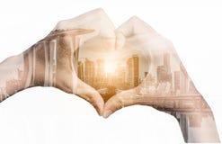 Image de double exposition des mains de fille dans la forme du coeur d'amour Photo libre de droits