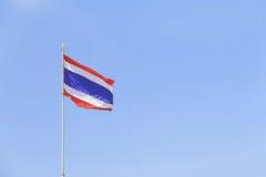 Image de drapeau de ondulation de la Thaïlande contre le ciel bleu clair Photographie stock