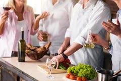 Image de famille faisant cuire la nourriture saine ensemble Photos stock