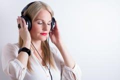 Image de femme écoutant la musique images libres de droits
