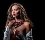 Image de femme sensuelle en collier luxueux Photo stock