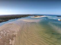 Image de film aérienne courante des barres de sable de rivière de Noosa photographie stock libre de droits