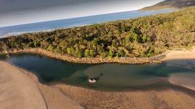 Image de film aérienne des personnes pêchant la rivière de noosa photos libres de droits