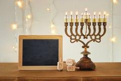 Image de fond juif de Hanoucca de vacances avec le dessus, le menorah et le x28 traditionnels de spinnig ; candelabra& traditionn Photographie stock