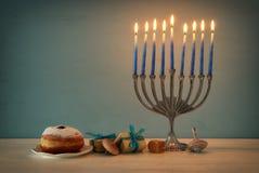 Image de fond juif de Hanoucca de vacances avec le dessus, le menorah et le x28 traditionnels de spinnig ; candelabra& traditionn Photos libres de droits