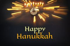 Image de fond juif de Hanoucca de vacances avec le menorah et le x28 ; candelabra& traditionnel x29 ; et bougies brûlantes Photographie stock