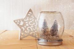 Image de foyer sélectif des arbres de Noël dans le pot de maçon recouvrement de scintillement Photo stock