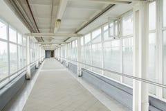 Image de grandes fenêtres passant la lumière du jour à l'intérieur de l'immeuble de bureaux Images stock
