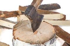 Image de hache dans le tronçon et les firewoods Images libres de droits