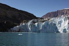 Image de haute résolution d'un terminus de glacier et des murs montagneux de fjord au Groenland du nord-est image stock