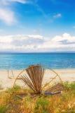 Image de HDR d'un parapluie cassé sur la plage dans Hanioti photos stock