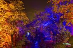 Image de HDR de l'installation magique de jardin par le maître finlandais des effets de la lumière mobiles Kari Kola au festival  images stock