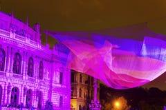 Image de HDR du 1 installation 26 nette de flottement par Janet Echelman devant Rudolfinum à côté de place de Palach (namesti de  Photos stock