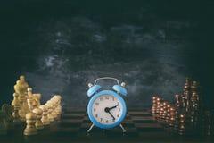Image de jeu de société et d'horloge d'échecs Affaires, concurrence, stratégie, direction et concept de succès Image stock