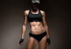 Image de jeune athlète féminin musculaire Images stock