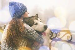 Image de jeune fille avec son chien, malamute d'Alaska, extérieur Photo libre de droits