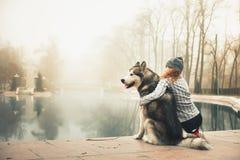 Image de jeune fille avec son chien, malamute d'Alaska, extérieur Image libre de droits