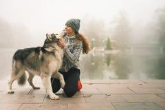 Image de jeune fille avec son chien, malamute d'Alaska, extérieur Photos libres de droits