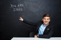 Image de jeune homme au-dessus de tableau noir avec le texte vous êtes mis le feu Photo stock
