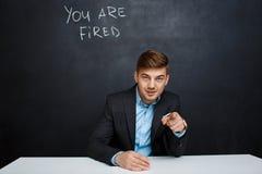 Image de jeune homme au-dessus de tableau noir avec le texte vous êtes mis le feu Photos stock