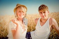 Image de jeune homme et de femme sur la zone de blé Image libre de droits