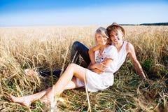 Image de jeune homme et de femme sur la zone de blé Photographie stock